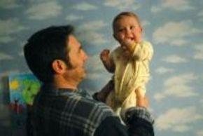 Sergi López y un niño con alas en la película 'Ricky'