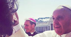 Rodrigo Santoro recibe la bendición del Papa en pleno rodaje de 'Ben-Hur'