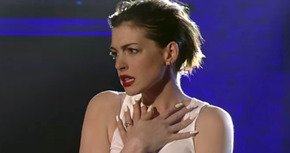 Vídeo: Anne Hathaway canta 'Wrecking Ball' imitando a Miley Cyrus