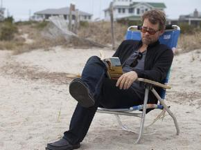 Greg Kinnear protagoniza 'Un invierno en la playa', desde hoy en cines