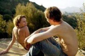 'Entre nosotros', un viaje de amor y comportamientos fingidos